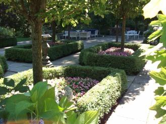 large hedgegarden